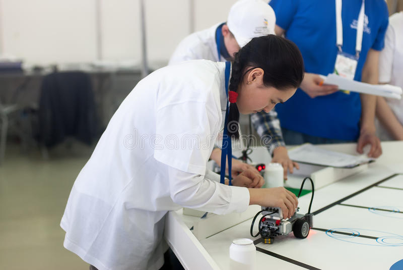 机器人的竞争在学校学生中的 免版税库存照片