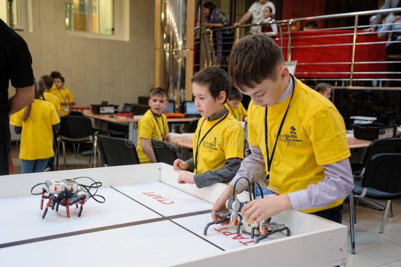 机器人的竞争在学校学生中的 库存图片