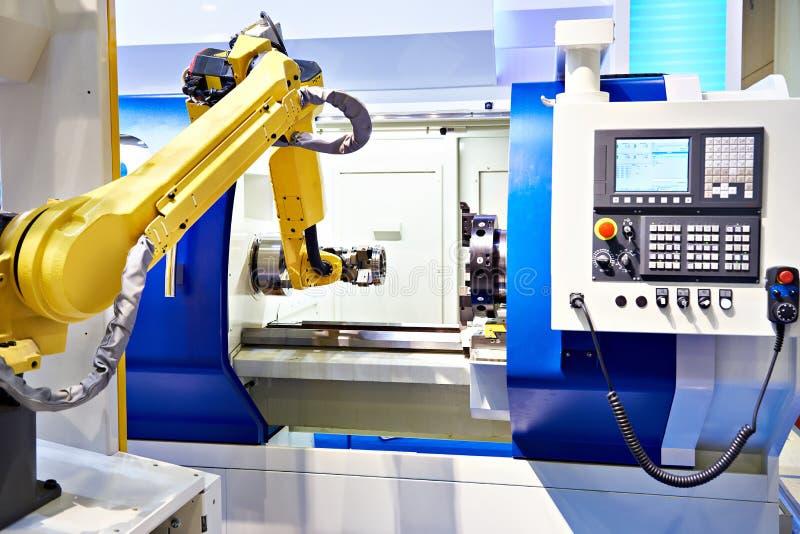 机器人胳膊和cnc车床 免版税库存照片