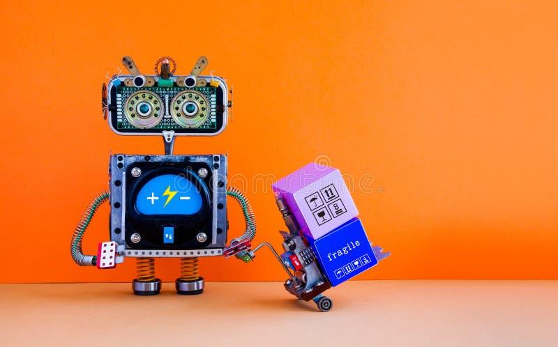 机器人自动化送货业务概念 有供给动力的板台起重器的机器人 铲车推车机制被装载的箱子 配件箱 免版税库存照片