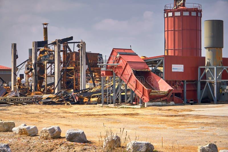 机器和锯木厂火的被烧的大厦遗骸 免版税库存图片