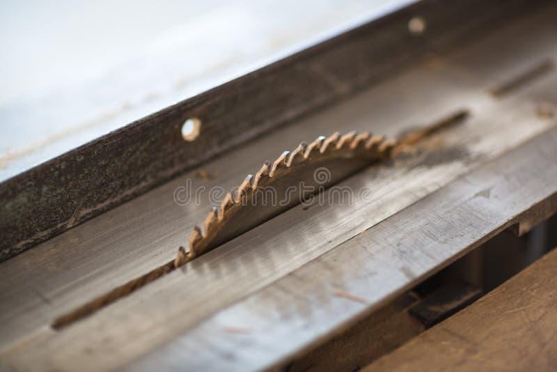 机器电子表看见了,木匠业木工作 免版税库存图片