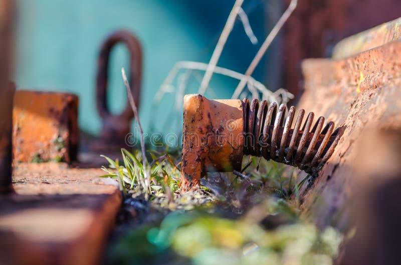 机器的生锈的春天有植物的 库存图片