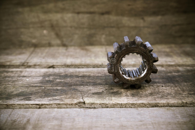 机器的老齿轮在木背景的 在葡萄酒图片样式的齿轮 免版税库存照片