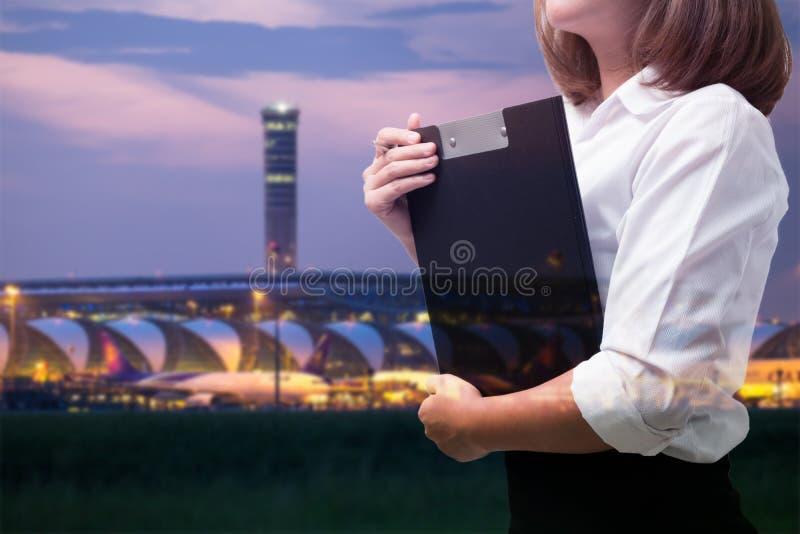 机场事务的年轻女商人 免版税库存照片