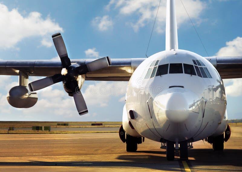 机场停放的飞机 免版税库存照片