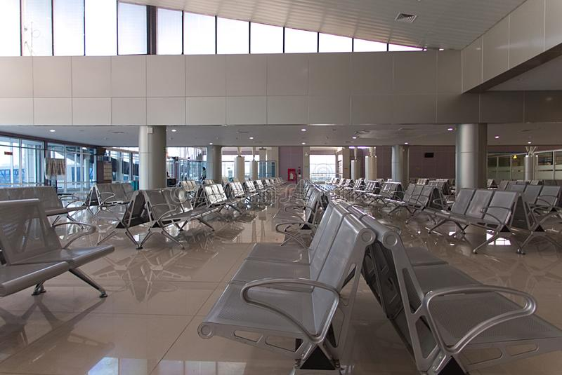 机场内部在有空位进去的巴布亚在等候室 图库摄影