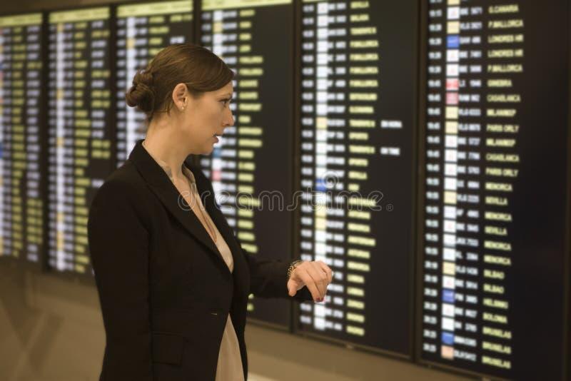 机场女实业家等待的年轻人 库存图片