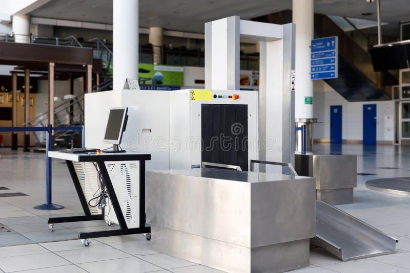 机场安全与金属探测器的检验站 免版税图库摄影