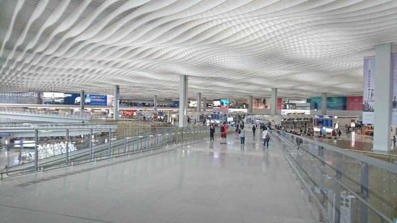 机场宽广的走道旅客 免版税图库摄影