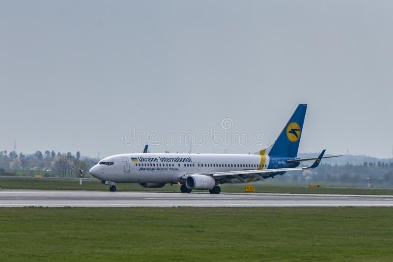 机场布拉格鲁济涅LKPR,波音737-800乌克兰 免版税库存照片