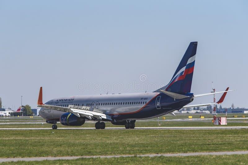机场布拉格鲁济涅LKPR,波音737-800俄罗斯 免版税库存照片