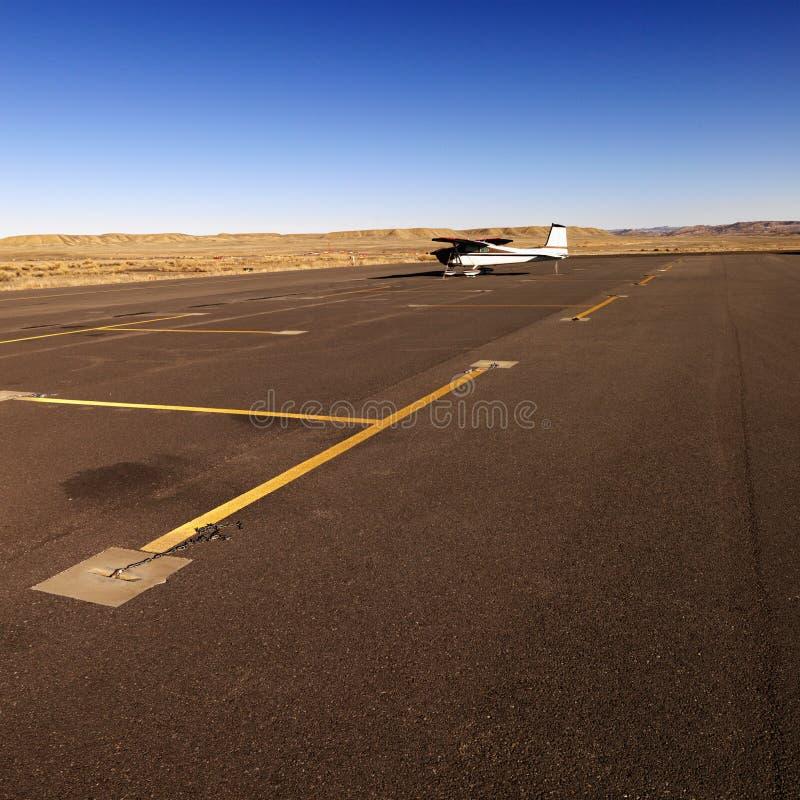 机场平面小的柏油碎石地面 库存图片