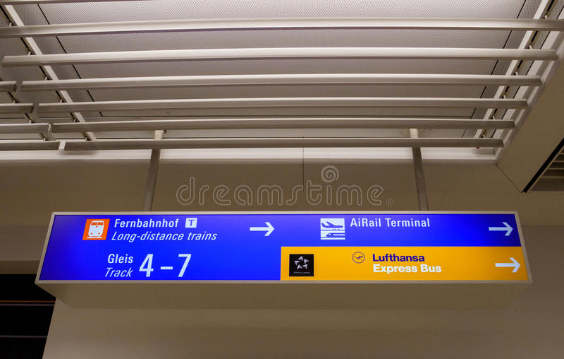 机场往长途火车的方向标, AiRail termi 库存图片