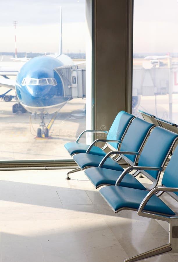 机场扶手椅子倒空期望大厅 免版税图库摄影