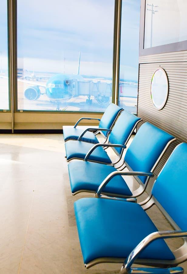 机场扶手椅子倒空期望大厅 免版税库存图片