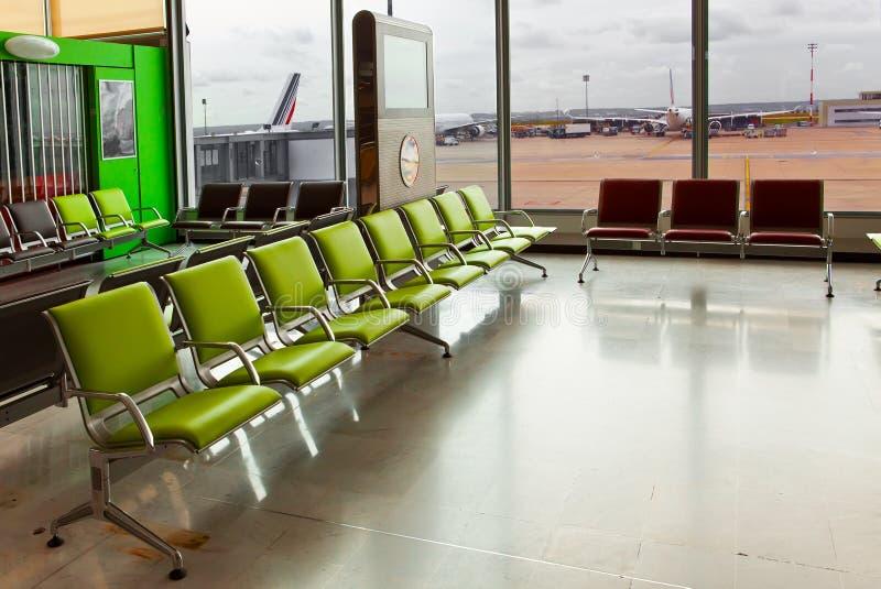 机场扶手椅子倒空期望大厅 库存图片