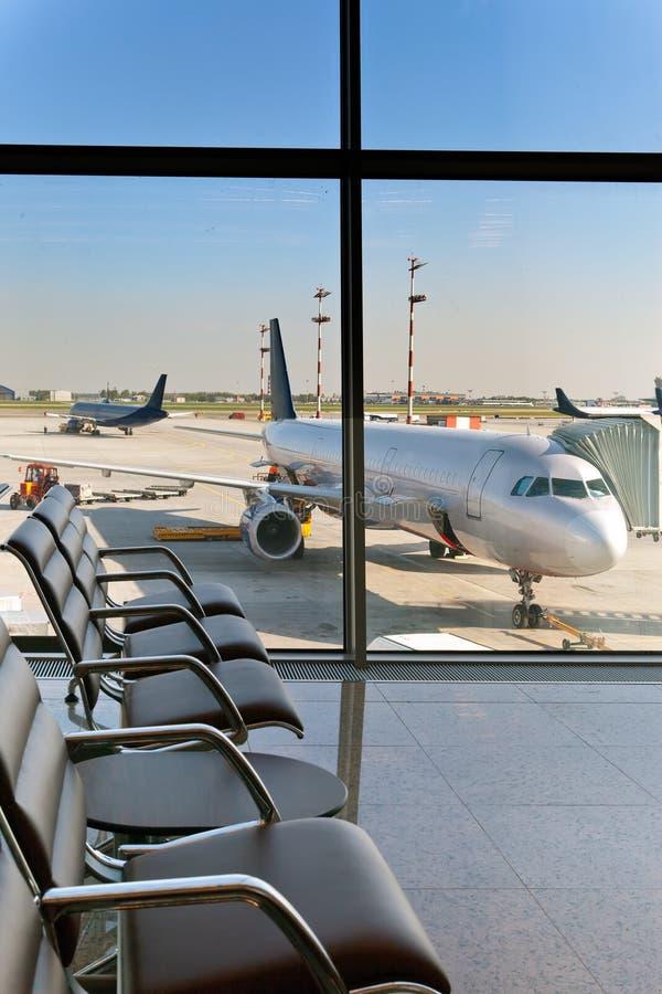 机场扶手椅子倒空期望大厅 库存照片