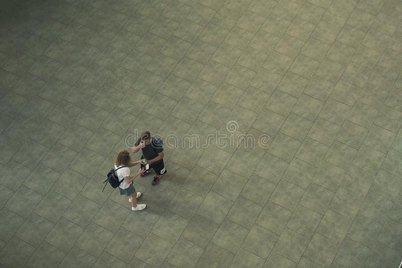 机场普拉托夫,俄罗斯- 24 05 19:一个人和他的女朋友站立在aeroproth里面 图库摄影