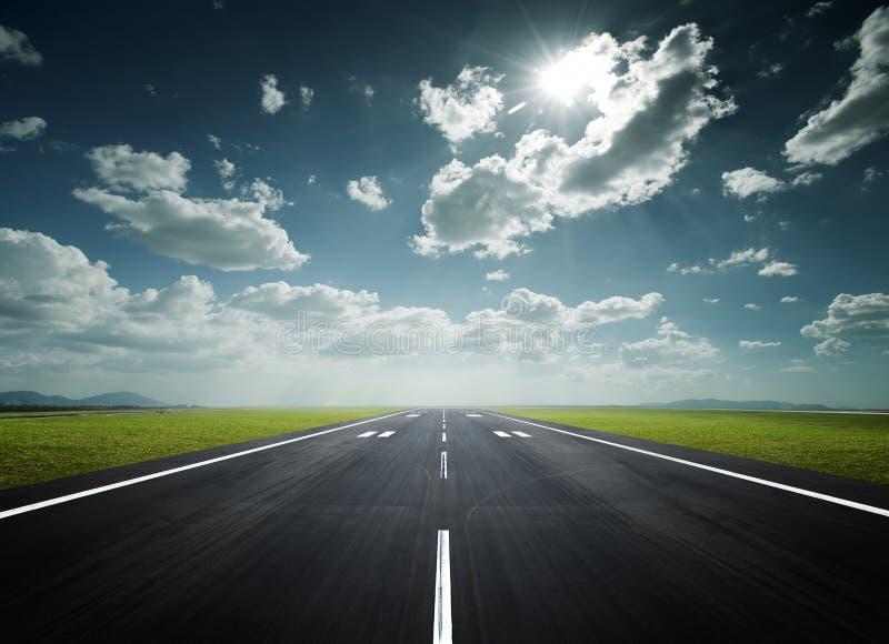 机场晴朗日的跑道 图库摄影