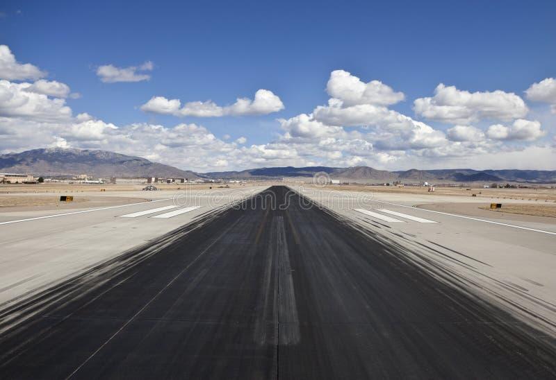 机场沙漠喷气机指示跑道滑行 免版税库存图片