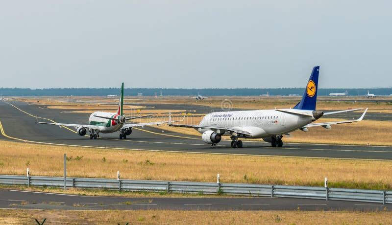 机场法兰克福,德国:2017年6月23日:巴西航空工业公司ERJ190 Lufthan 免版税库存图片