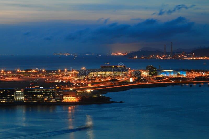 机场洪国际kong晚上 免版税库存图片