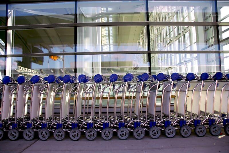 机场用车运送皮箱 免版税图库摄影