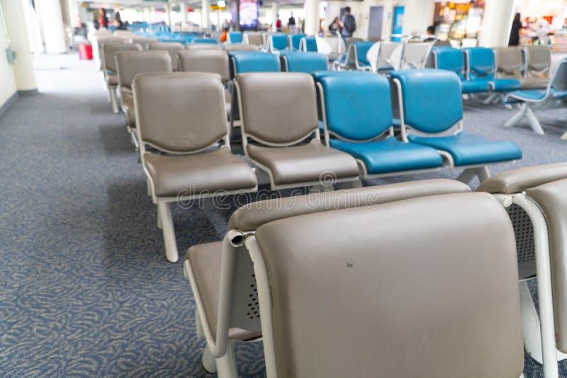 机场的空蓝椅排,机场口的等候区 免版税图库摄影