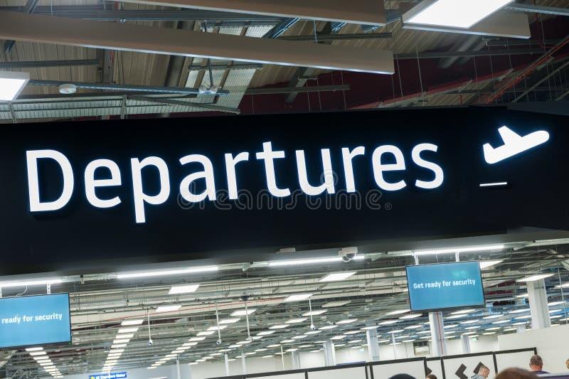 机场终端离开的信号征兆 库存照片