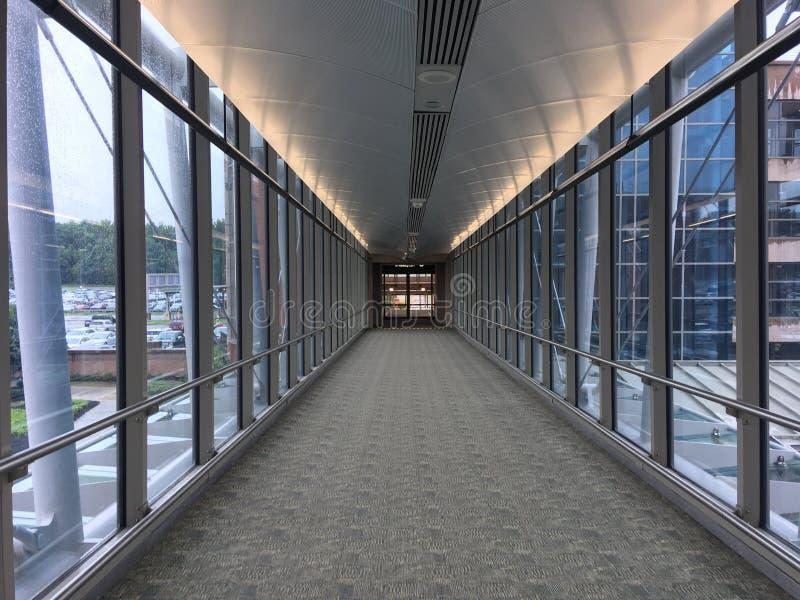 机场背景飞机空间等待的视窗妇女 免版税库存照片