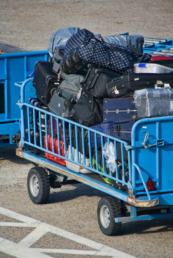 机场行李台车 免版税库存照片