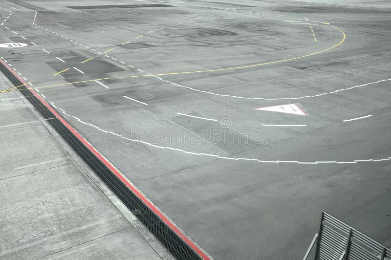 机场跑道看法从飞机窗口的  免版税库存图片