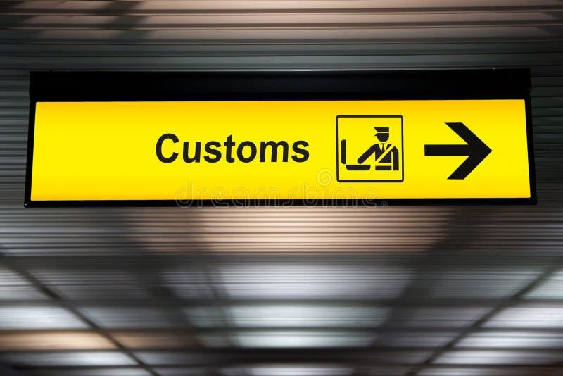 机场风俗宣称与象和箭头垂悬的标志 免版税库存照片