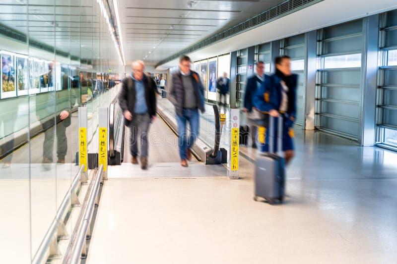 机场,人们冲为他们的飞行的,都伯林 库存图片