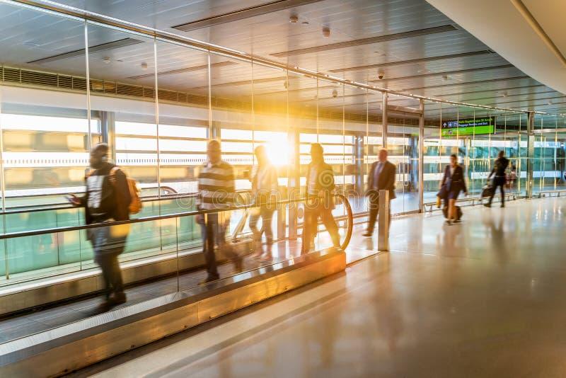 机场,人们冲为他们的飞行的,长的走廊,都伯林,日出 免版税库存照片