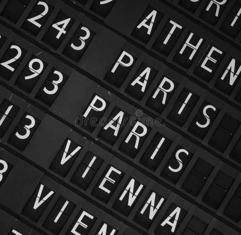 机场离开显示板背景 免版税库存图片
