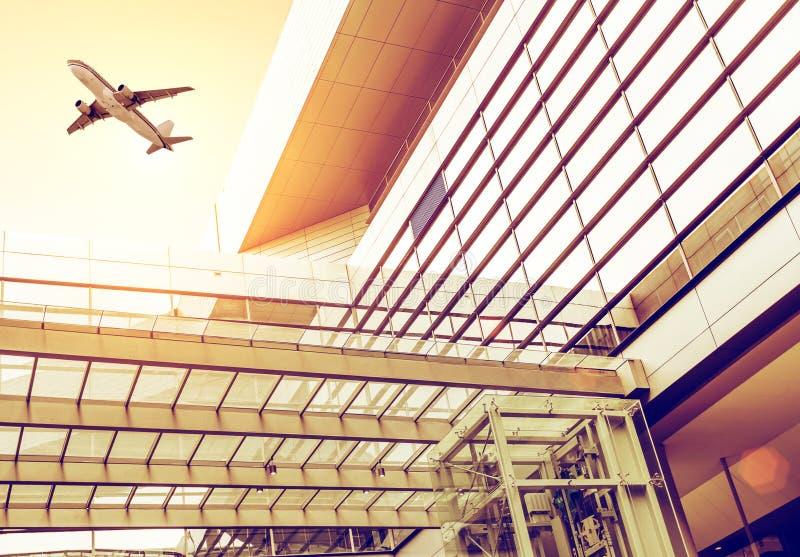 机场主楼和航空器 免版税库存图片