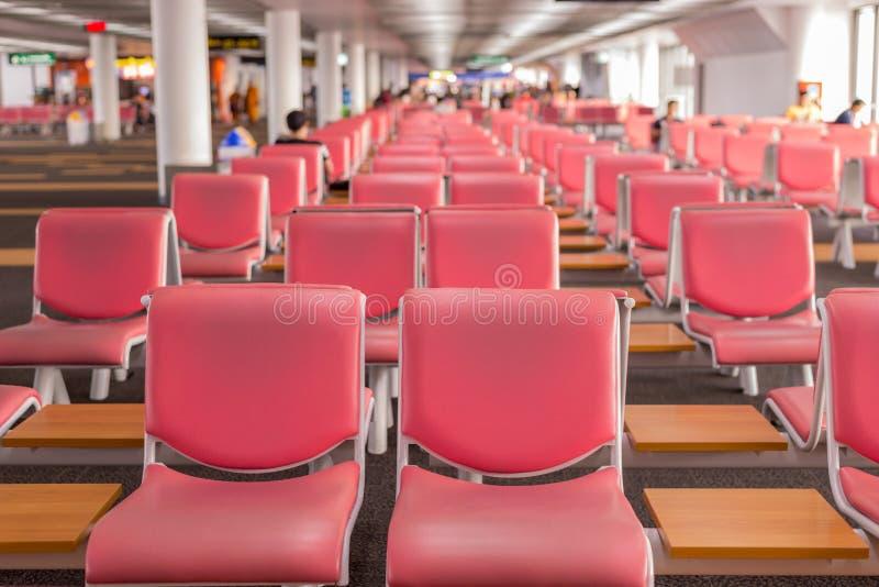 机场终端;离开的等候室在窗口附近 免版税图库摄影