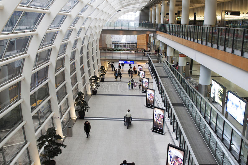 机场主要大厅的乘客在香港 库存照片