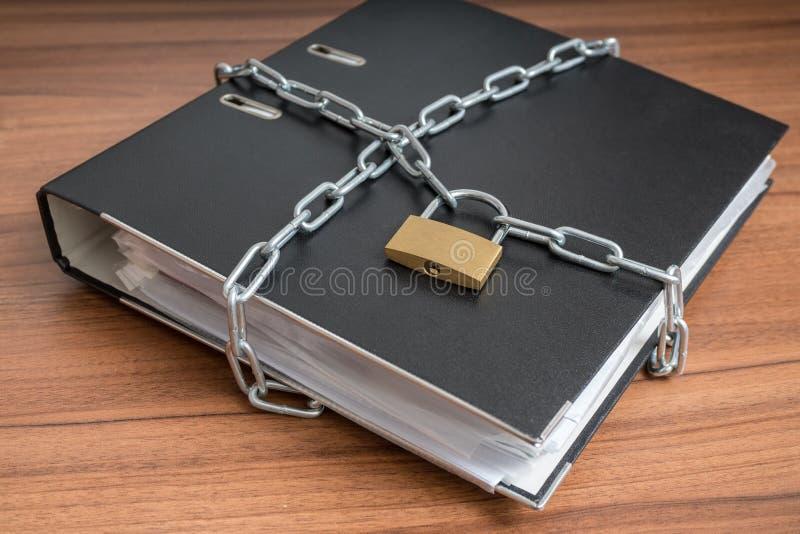 机密文件和文件在黏合剂锁与挂锁和链子 保密性和安全概念 免版税库存照片
