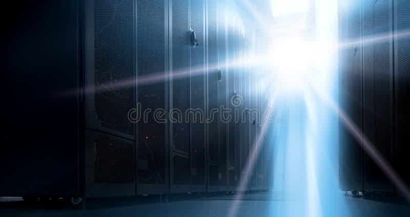 机架服务器底视图反对霓虹灯的在与领域dept的数据中心  图库摄影