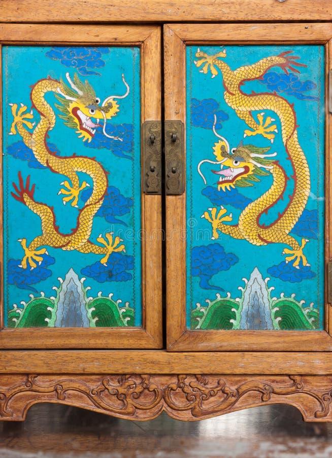 机柜中国门被手工造的木头 库存图片