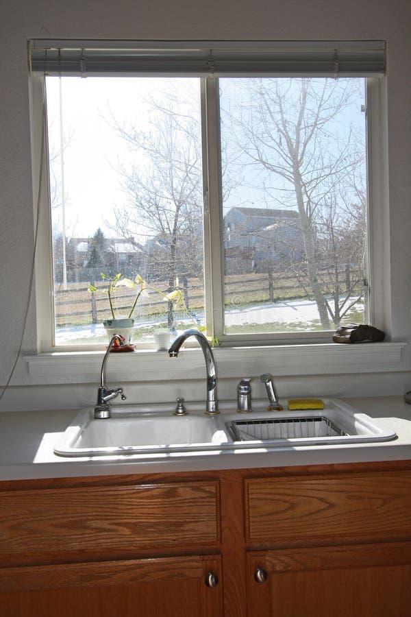 机柜厨房现代视窗 免版税图库摄影