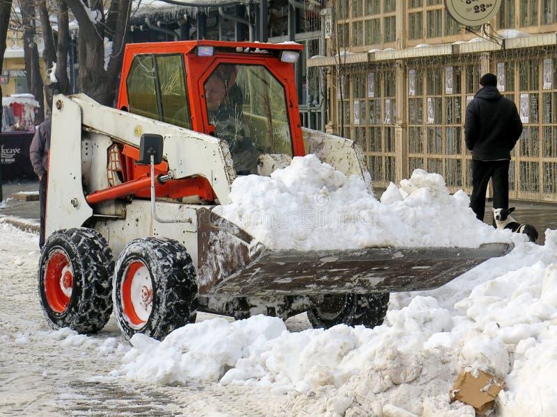 机械吹雪机 自然灾害冬天,飞雪,大雪麻痹了城市,崩溃 积雪旋风欧洲 库存图片