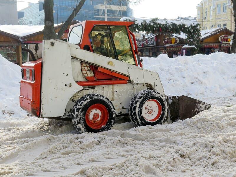 机械吹雪机 自然灾害冬天,飞雪,大雪麻痹了城市,崩溃 积雪旋风欧洲 免版税库存照片