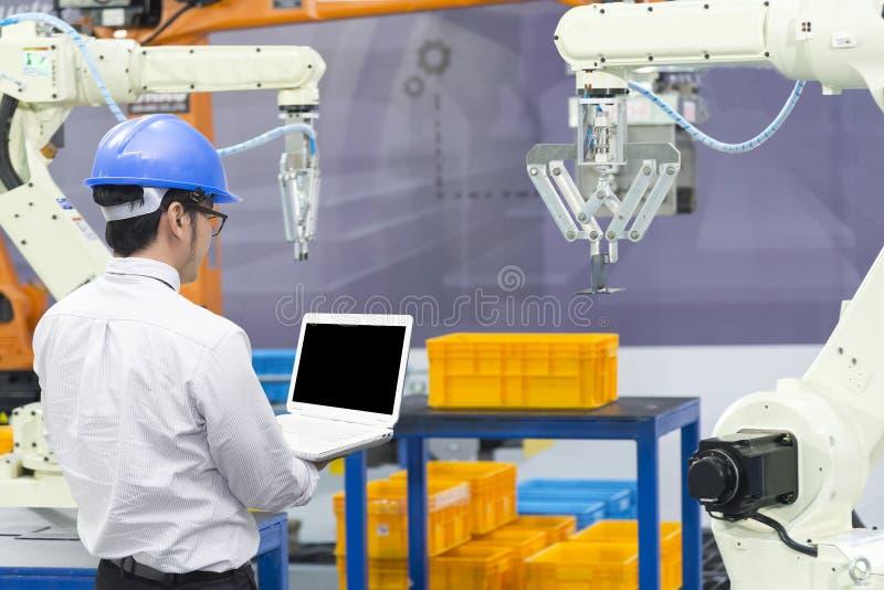 机械工程师控制机器人胳膊 免版税库存图片