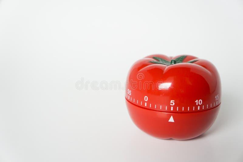 机械烹调和学习的蕃茄形状的厨房时钟定时器接近的看法  使用为时间的pomodoro技术和 免版税库存图片