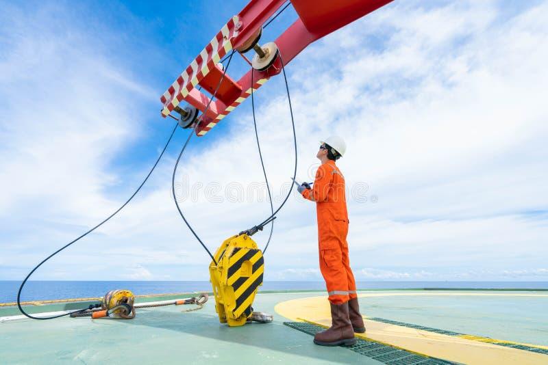 机械起重机审查员检查起重机系统作为每年定期检修日程表 免版税库存照片