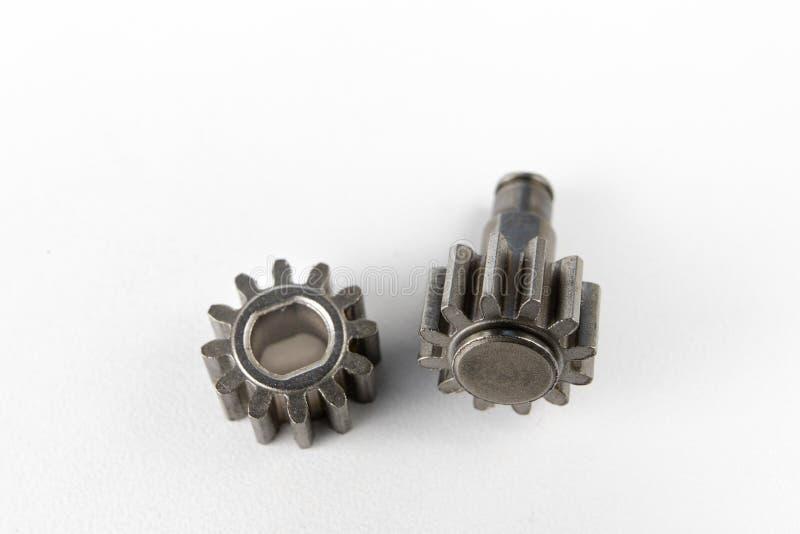 机械齿轮的轮子在一张白色车间桌上 Mechanica 库存照片